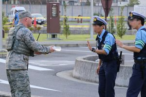Bức ảnh cảnh sát Nhật từ chối nhận 2 chai nước từ binh lính Mỹ gây tranh cãi trên mạng xã hội