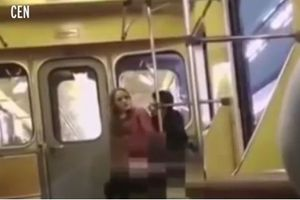 Sốc với cặp đôi vô từ làm 'chuyện ấy' trên tàu điện dù biết có người nhìn