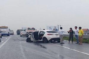 Xe Mazda3 biến dạng sau cú tông đuôi xe tải, tài xế nguy kịch