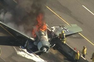 Phi công thoát chết thần kỳ khi máy bay vỡ tan vì rơi xuống đường
