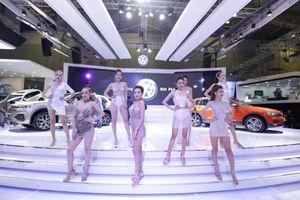 Dàn bóng hồng khuấy động triển lãm ô tô Việt Nam VMS 2018
