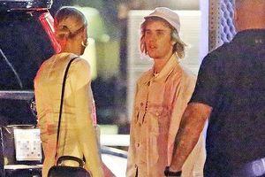 Justin Bieber và hôn thê tình tứ đi dự tiệc trên du thuyền lúc nửa đêm