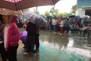 Hàng nghìn công nhân đội mưa đòi quyền lợi