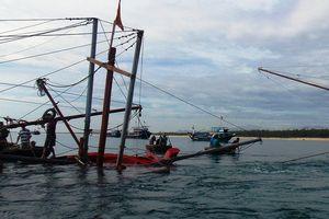 Quảng Ngãi: 13 ngư dân gặp nạn trên biển được đưa vào bờ an toàn