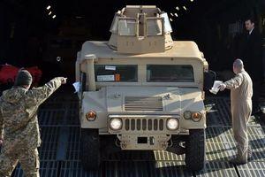 Mỹ thả nhầm xe bọc thép Humvee xuống rừng