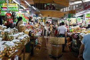 Thí sinh Hoa hậu Sắc đẹp Quốc tế 2018 catwalk trong chợ Đà Lạt