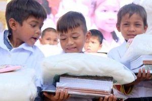 Trao học bổng, tặng áo trắng cho học sinh vùng 'ốc đảo' Hà Đông