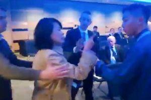 Nhà báo Trung Quốc tát tình nguyện viên ở Anh sắp hầu tòa