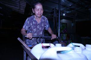 Cụ bà U.80 suốt 40 năm đẩy nước thuê trắng đêm khu Thanh Đa