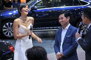 Hoa hậu H'Hen Niê cùng dàn người mẫu gợi cảm ở triển lãm ô tô VN 2018