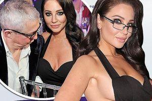Nữ giám khảo X-Factor lấp ló 'vòng 1' khiến quý ông khó rời mắt