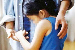 9X xâm hại tình dục bé gái 8 tuổi ngay tại nhà