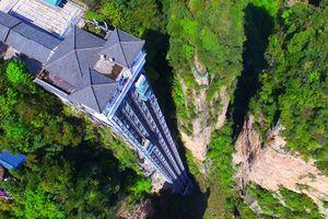 Thang máy cao nhất thế giới chênh vênh bên vách núi ở Trung Quốc