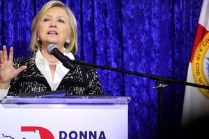 Cựu Ngoại trưởng Mỹ Hillary nói gì trước việc bị gửi bom đến nhà?