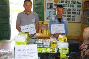 Bắt 2 người đàn ông vận chuyển 10 bánh heroin và 32kg ma túy đá