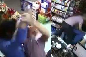 Clip cầm dao kề cổ chủ cửa hàng tiện lợi, tên cướp bị đánh nhừ tử
