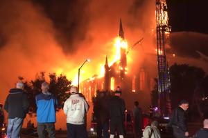 Bị sét đánh trúng, nhà thờ 150 tuổi biến thành ngọn đuốc khổng lồ ở Mỹ
