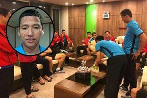 Đoán xem ai là 'thủ phạm' khiến khuôn mặt 'lão tướng' của đội tuyển Việt Nam ngập trong vị ngọt của bánh sinh nhật?