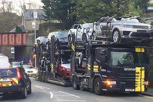 Đây là tài xế nhọ nhất năm: Ham hố chui qua gầm cầu và biến cả loạt xe Range Rover thành xe mui trần!