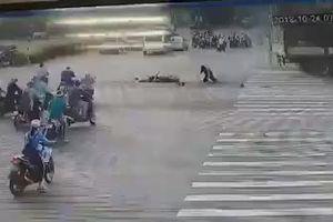 Xe tải đâm xe máy vỡ vụn, nhưng điều kỳ diệu khiến người đi đường sững sờ
