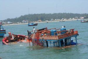 Cứu trợ kịp thời 13 ngư dân gặp nạn trên biển Hoàng Sa