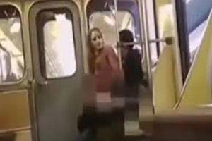 CLIP: Cặp đôi vô tư 'mây mưa' trên tàu điện mặc cho hành khách quay phim