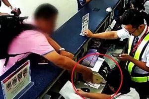 Clip: Cầm iPhone tát nhân viên sân bay, khách nam lĩnh trái đắng