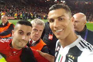 CĐV chạy vào sân trận MU - Juventus là bản sao của Ronaldo