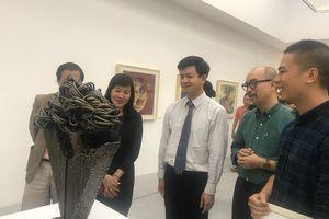 Triển lãm tranh lụa và điêu khắc nhỏ thu hút đông đảo người xem