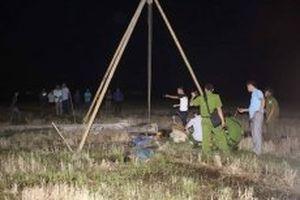 Dựng cột kéo cáp viễn thông, bốn người bị điện giật tử vong