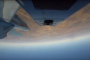 Chiến đấu cơ Nga bay lộn ngược, bắn tên lửa ngoạn mục