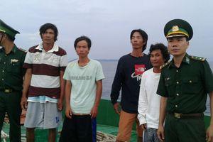 Hỗ trợ cứu 4 ngư dân bị nạn trên biển