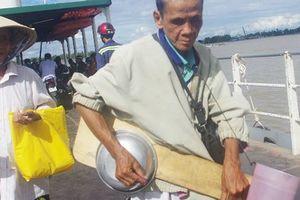 Lão hành khất mù cùng 'độc cầm' trên sông Hậu