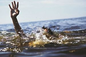 13 ngư dân ôm can nhựa trên biển được đưa vào bờ an toàn