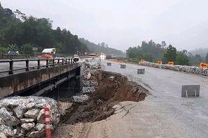 Đường tạm cao tốc Hà Nội - Lào Cai sạt lở, các phương tiện di chuyển theo hướng nào?