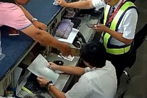 Hành khách dùng iPhone đập thẳng mặt nhân viên sân bay vì bị trễ chuyến
