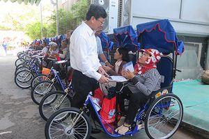 Công ty Xổ số Kiến thiết TP.HCM trao xe lắc tay cho người khuyết tật
