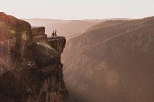 Cầu hôn bên vách đá cao hơn 2.000 m, cặp đôi rơi xuống vực chết thảm