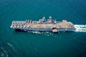 Tàu Iran tạt đầu chiến hạm USS Essex chở theo tư lệnh bộ chỉ huy Mỹ