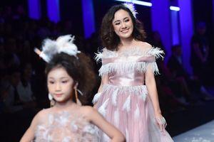 BTV thời sự Hoài Anh gây bất ngờ khi làm người mẫu catwalk