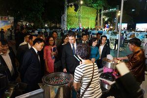 Chủ tịch UBND TP Hà Nội, Đại sứ Israel trải nghiệm máy lọc nước từ không khí