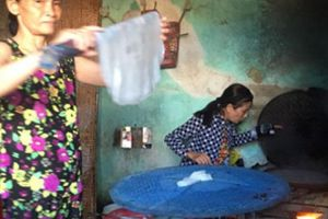 Làm bánh khô, dân Đông Bình thu 'tiền tươi'