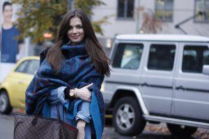 Mẹo thắt khăn quàng cổ đẹp khi diện váy