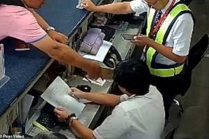 Bị trễ chuyến, khách Trung Quốc dùng điện thoại tát vào mặt nhân viên sân bay