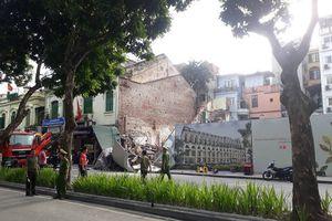 Người dân hốt hoảng khi sập tường trên phố Lê Thái Tổ