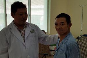 Bệnh nhân bị cưa máy cắt ngang bụng lòi ruột ra ngoài chuẩn bị xuất viện