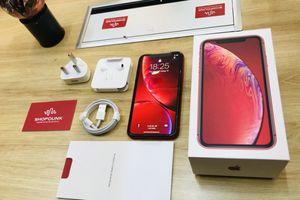 'Đập hộp' iPhone Xr màu đỏ đầu tiên tại Hà Nội