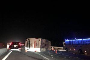 Xe khách gặp nạn, lật ngang trên cao tốc Hà Nội-Hải Phòng