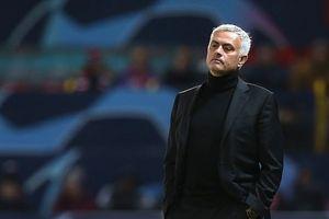 Lý do cầu thủ MU ngồi xe bus, để Mourinho một mình đi bộ tới sân