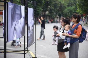Triển lãm ảnh 'Chào con đến với bố mẹ' tại không gian đi bộ khu vực hồ Hoàn Kiếm